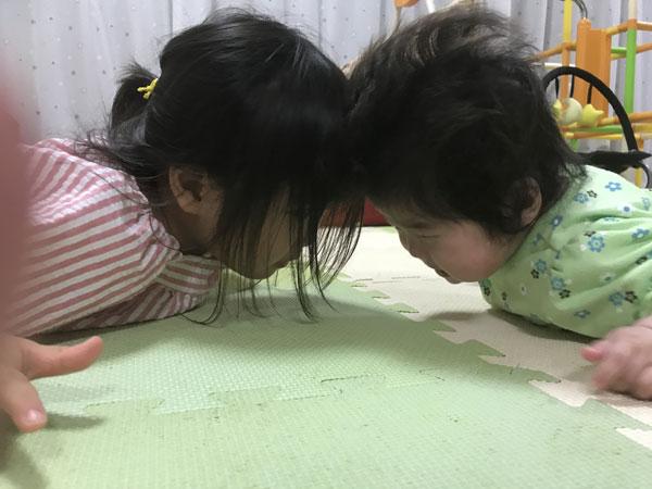 次女と遊ぶ長女