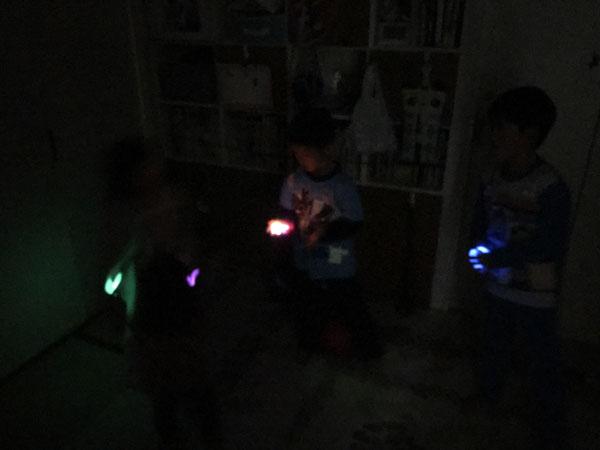 暗闇で遊ぶ